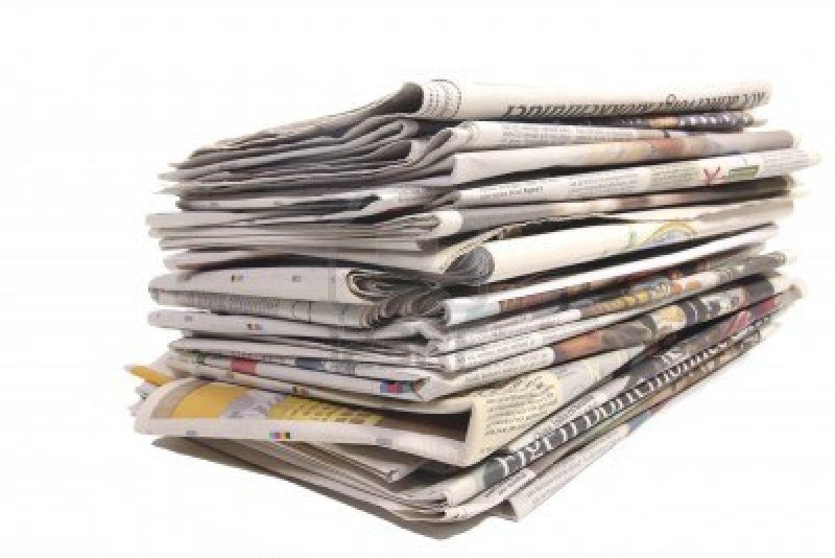 9251285-pile-de-journaux-neerlandais-sur-fond-blanc